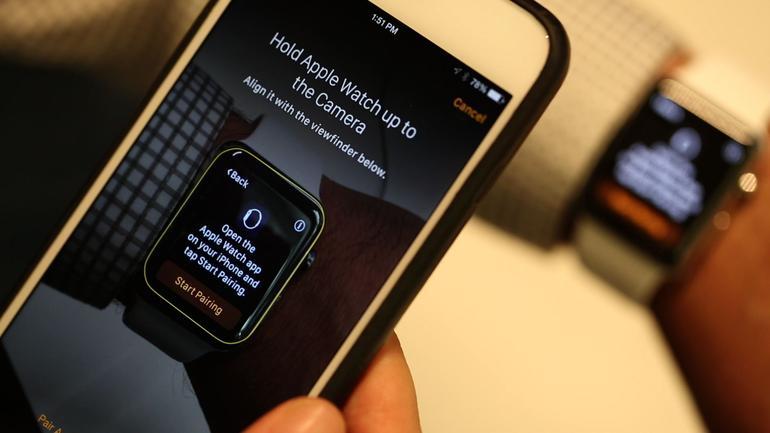 И смахните вверх, после чего на экране часов появится кнопка стереть контент и настройки.
